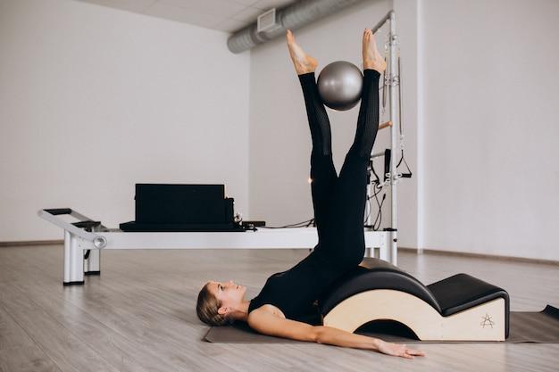 Frau, die pilates mit einer kugel tut