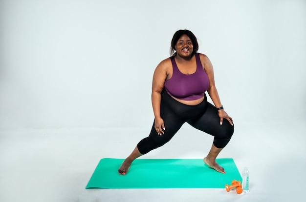 Frau, die pilates und funktionelles training im fitnessstudio-konzept über sportfitness und gewichtsverlust macht