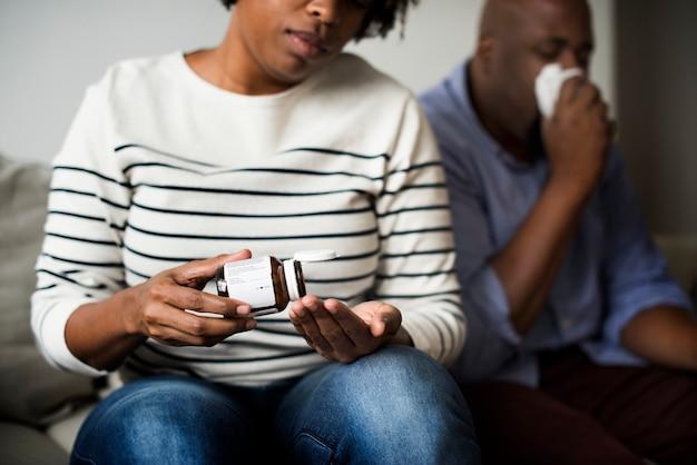Frau, die pillen für ihre gesundheit nimmt