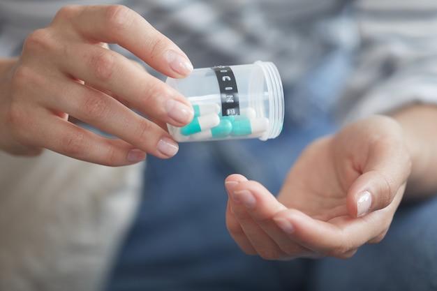 Frau, die pillen nimmt