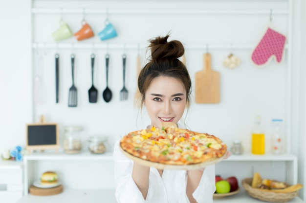 Frau, die pizza genießt