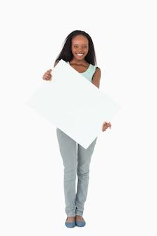 Frau, die platzhalter auf weißem hintergrund hält