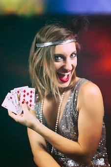 Frau, die poker mit skala spielt
