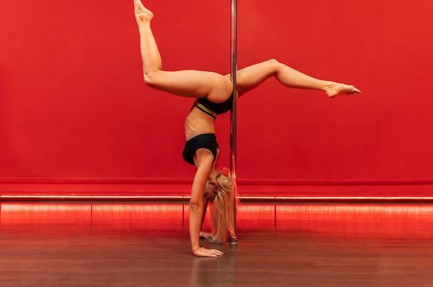 Frau, die pole dance durchführt