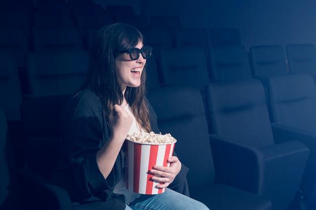 Frau, die popcorn im kino isst