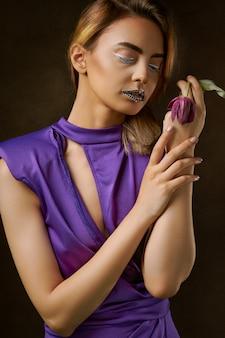 Frau, die purpurrote kleidermalerei trägt