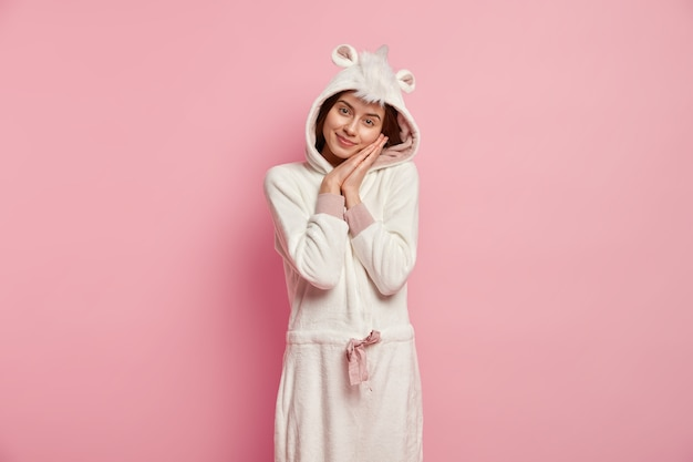 Frau, die pyjamas mit hasenohren trägt