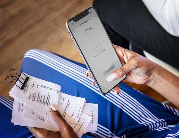 Frau, die rechnungen online über internetbanking bezahlt
