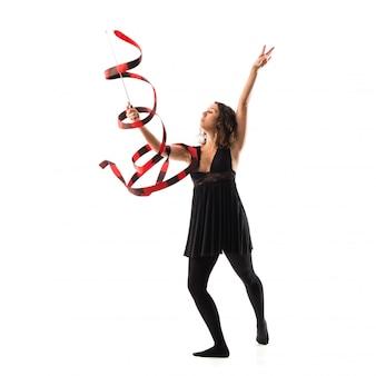 Frau, die rhythmische gymnastik mit band auf lokalisiertem weißem hintergrund tut