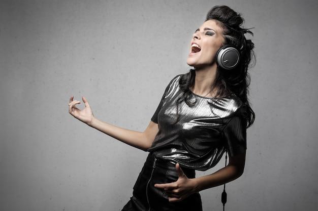 Frau, die rockmusik hört