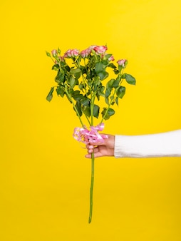 Frau, die romantischen rosafarbenen blumenstrauß anhält
