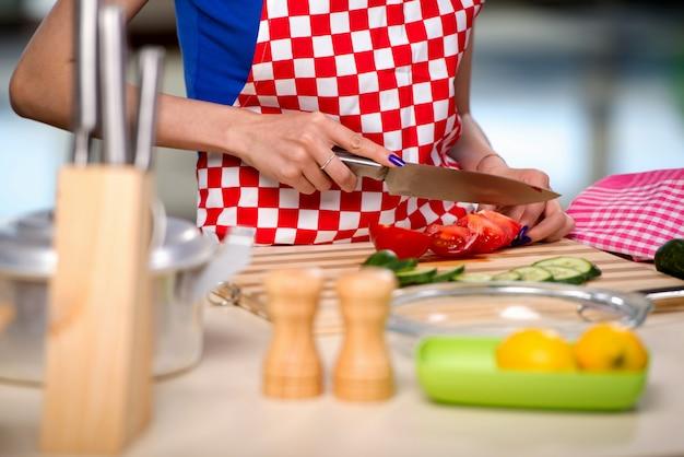 Frau, die salat in der küche zubereitet