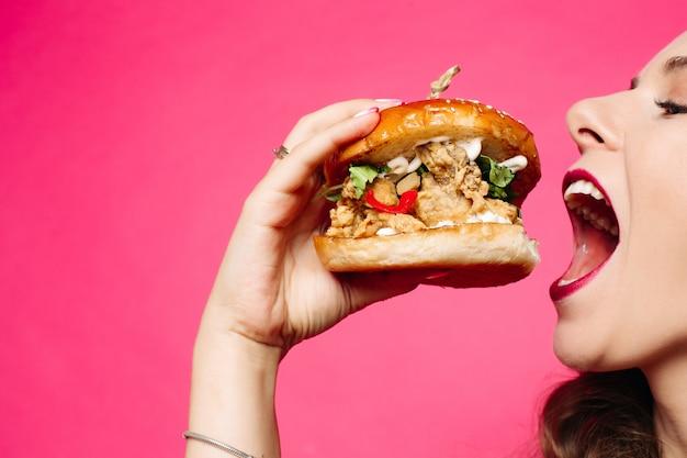 Frau, die sandwich isst