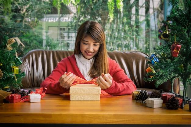 Frau, die sankt-hutverpackungsgeschenkbox trägt