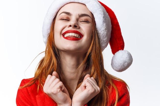 Frau, die sankt-kosmetikkostüm trägt, das modefeiertagweihnachten aufwirft