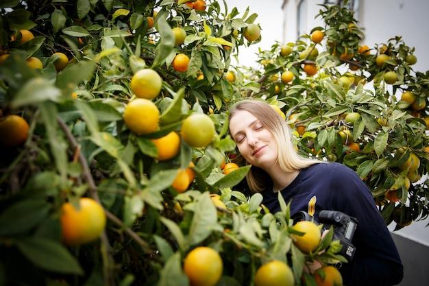 Frau, die schlafend in einem mandarinenbaum ruht