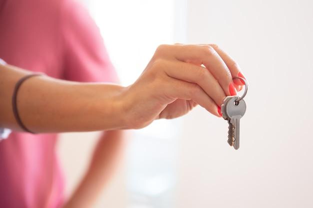 Frau, die schlüssel gibt