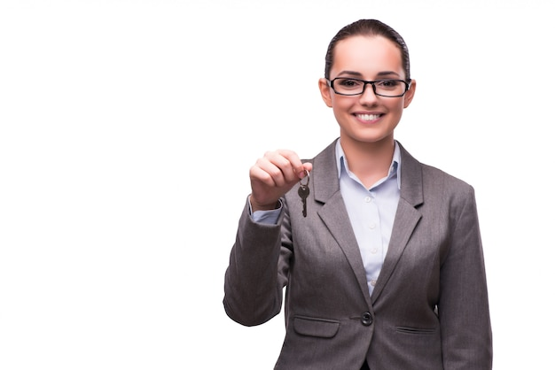 Frau, die schlüssel im immobilienkonzept hält