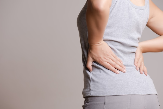 Frau, die schmerz in zurück verletzt hat. gesundheitswesen und rückenschmerzen konzept.
