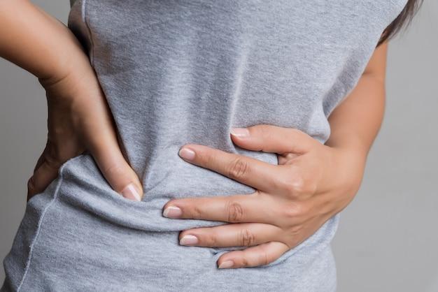 Frau, die schmerzliche magenschmerzen hat chronische gastritis. bauch bläht sich auf.