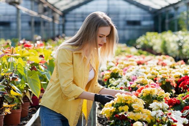 Frau, die schnörkelblumen sich interessiert