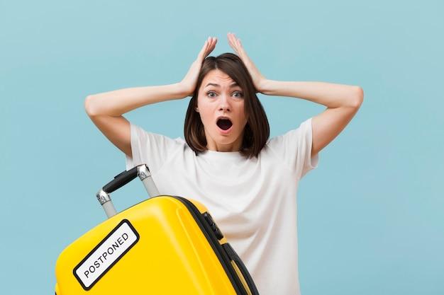 Frau, die schockiert ist, nachdem sportereignis abgesagt wird