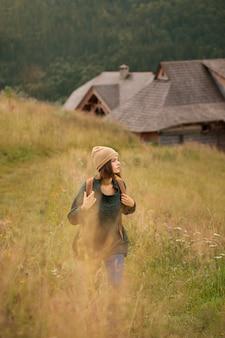 Frau, die schöne ländliche umgebung erkundet