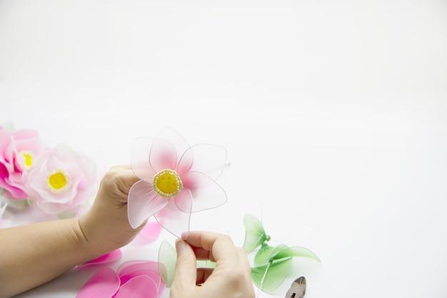 Frau, die schöne nylonblume macht