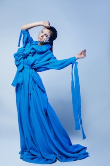 Frau, die schönes blaues kleid trägt