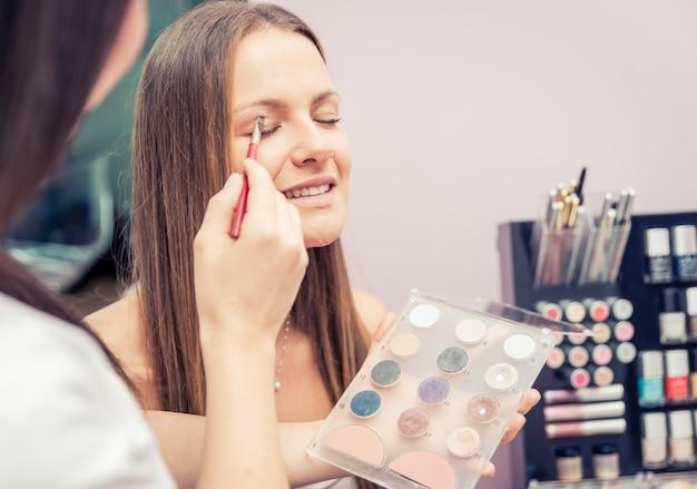 Frau, die schönheitsbehandlung in einem salon macht
