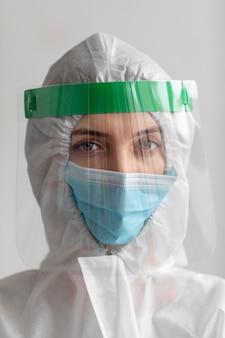 Frau, die schutzausrüstung trägt
