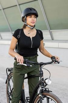 Frau, die schutzhelm trägt