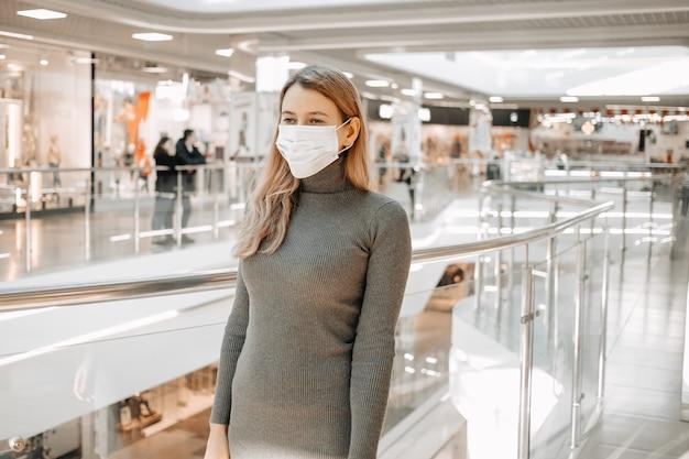 Frau, die schutzmaske gegen coronavirus trägt