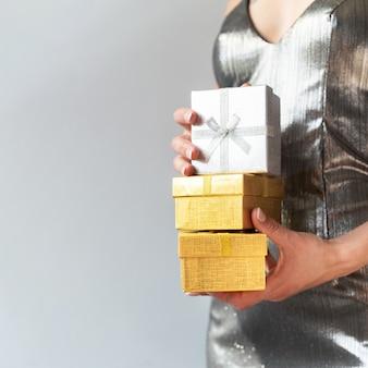 Frau, die schwarze freitag-geschenke hält