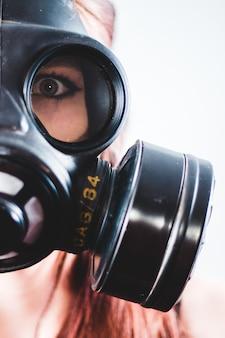 Frau, die schwarze gasmaske trägt