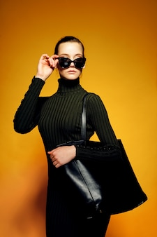 Frau, die schwarze ledertasche hält