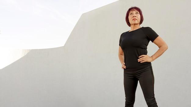 Frau, die schwarze sportkleidung niedrige ansicht trägt