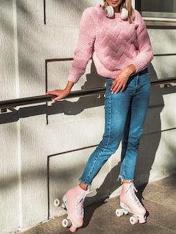 Frau, die seitlich in den jeans und in den rollschuhen aufwirft