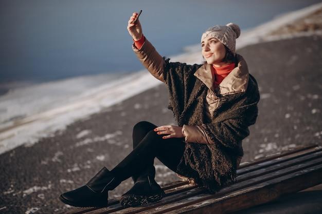 Frau, die selfie an einem wintertag tut