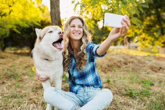Frau, die selfie foto mit hund nimmt