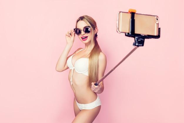 Frau, die selfie in der weißen wäsche tut