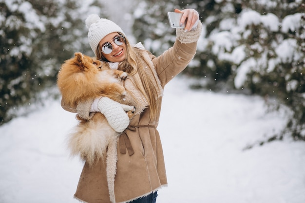 Frau, die selfie mit hund im winter tut