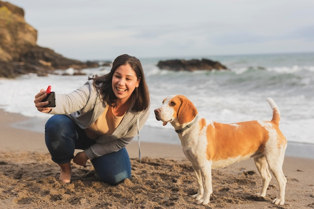 Frau, die selfie mit hund nimmt
