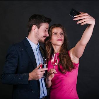 Frau, die selfie mit mann auf party nimmt