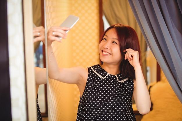 Frau, die selfie vom handy nimmt