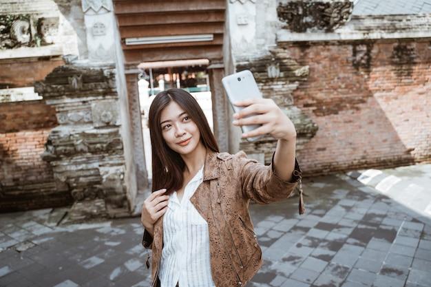 Frau, die selfie von sich nimmt