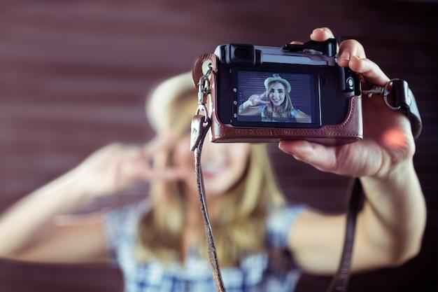 Frau, die selfies nimmt