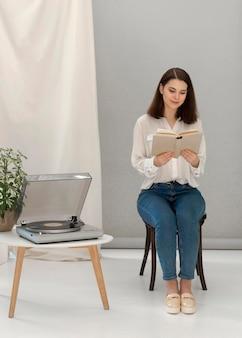 Frau, die sich beim lesen des buches entspannt