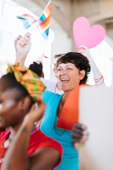 Frau, die sich einem schwulen stolz- und lgbt-festival anschließt