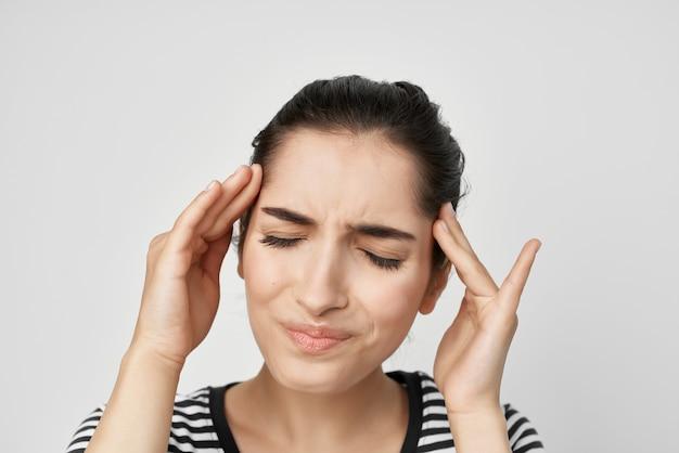 Frau, die sich festhält, um zahnschmerzen gesundheitswesen hellen hintergrund zu gesicht zu bekommen